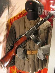 450px-Mémorial_uniforme_soviétique_WWII